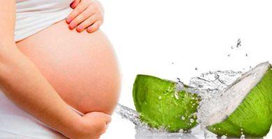 beneficios del agua de coco en el embarazo